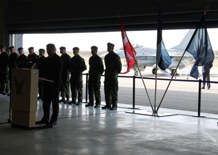 Taani suursaadik Søren Kelstrup Ämari lennuväebaasis tervitamas Balti õhuturbemissioonile saabunud Taani sõjaväelasi (2014). Foto: Taani Saatkond Tallinnas