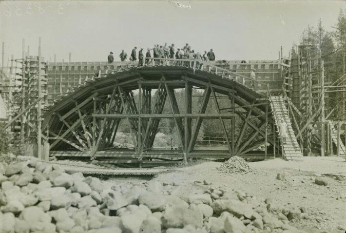 Raudteesilla ehitamine Tartu-Petseri liinile 1933. aastal. Foto: Rahvusarhiiv