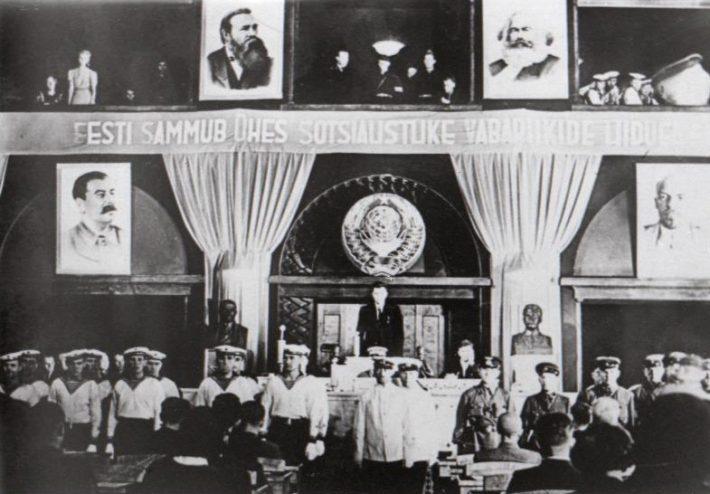 Okupatsiooni tingimustes valitud Riigivolikogu avaistung. Järgmisel päeval toimunud koosolekul võeti vastu otsus Nõukogude Liiduga ühinemise kohta. Foto: Nädal Pildis, 1940