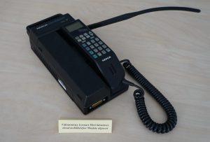 LENNARTI TELEFON, omaaegne tehnika viimane sõna, abimees Eesti iseseisvuse taastamisel. Suhtluskanal oli välismaailmaga loodud Soome mobiilivõrgu kaudu. Foto: välisministeeriumi arhiiv