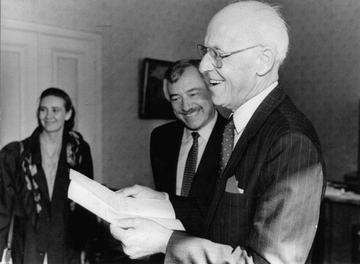Tuju on hea. Lennart Meri ja tollane Taani välisminister Uffe Ellemann-Jensen Toompeal kuulsas Meri kabinetis. Foto: välisministeeriumi arhiiv