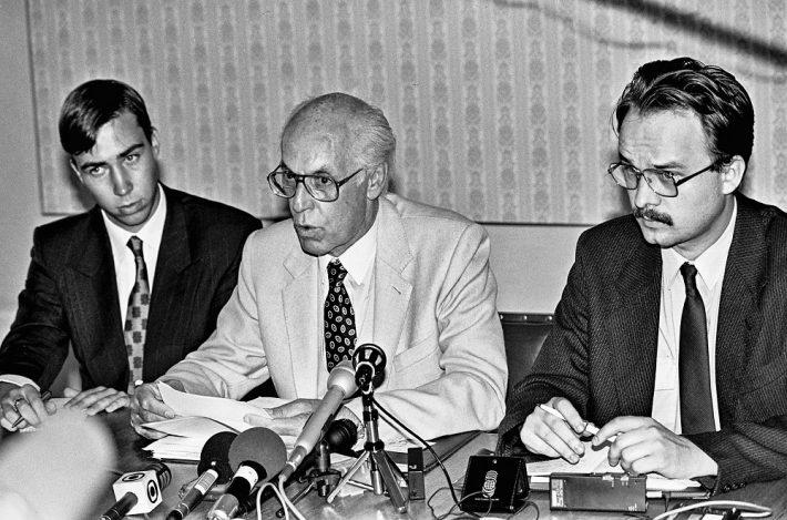 Lennart Meri pressikonverentsil välisministeeriumis 24. augustil 1991. Vasakult: nõunik Toivo Klaar, välisminister Lennart Meri ja nõunik Tiit Pruuli. Foto: Peeter Langovits