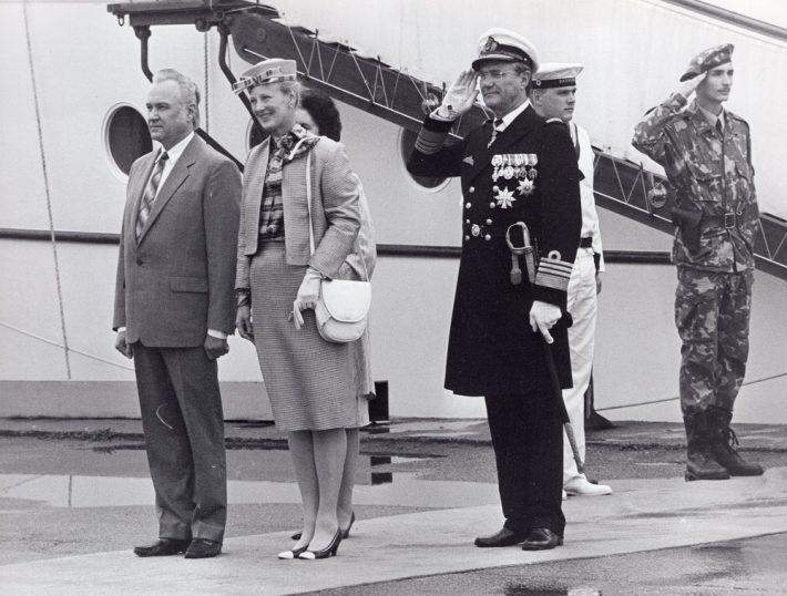Kuninganna Margarethe II koos prints Henriku ja Eesti Vabariigi Ülemnõukogu esimehe Arnold Rüütli ja proua Ingrid Rüütliga Tallinna sadamas pärast saabumist kuningliku jahi Dannebrogiga. Foto: välisministeeriumi arhiiv
