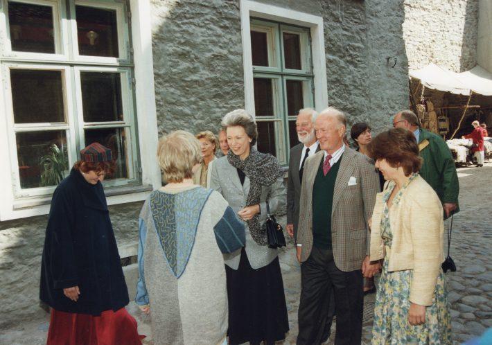 Printsesse Benedikte kohtumas Katariina Gildi kunstnikega, kätlemas keraamik Kadri Jäätmaga. Foto: Voldemar Maask, välisministeeriumi arhiiv