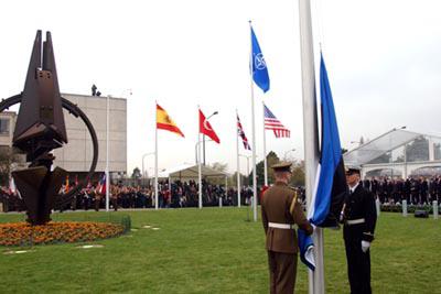 2004 Eesti-lipu-heiskamine-NATO-peakorteri-ees-Brüsselis. Foto: välisministeeriumi arhiiv